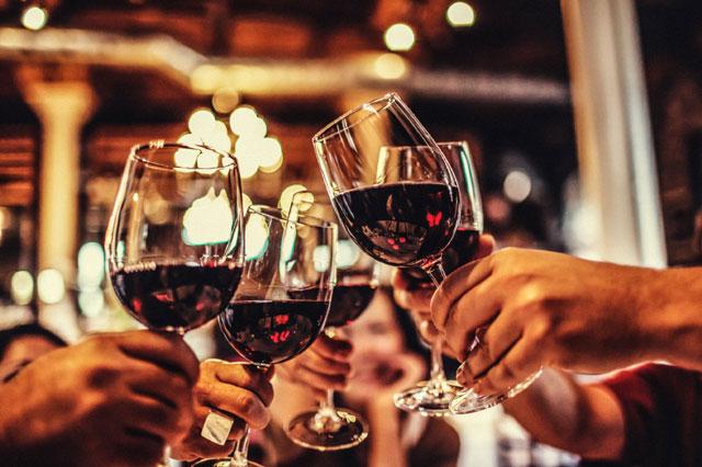 Chọn ly uống rượu vang