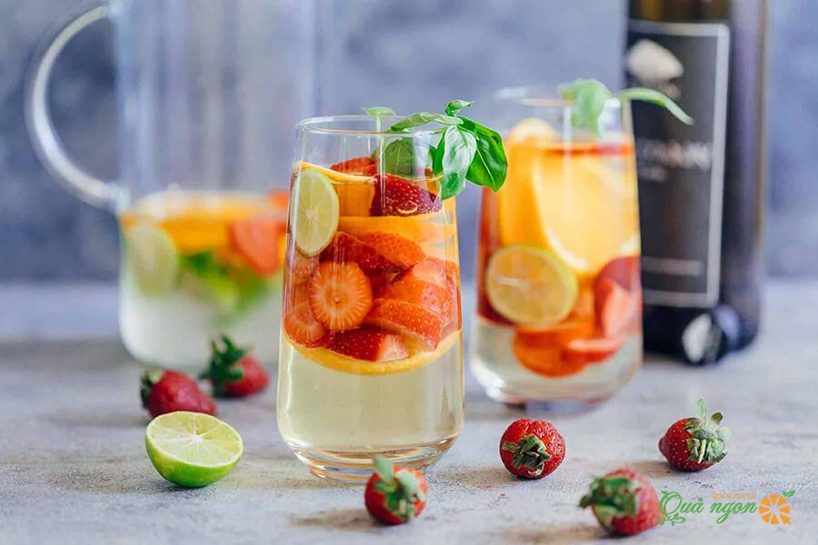 Cách làm sangria vang trắng có rượu mạnh với trái cây