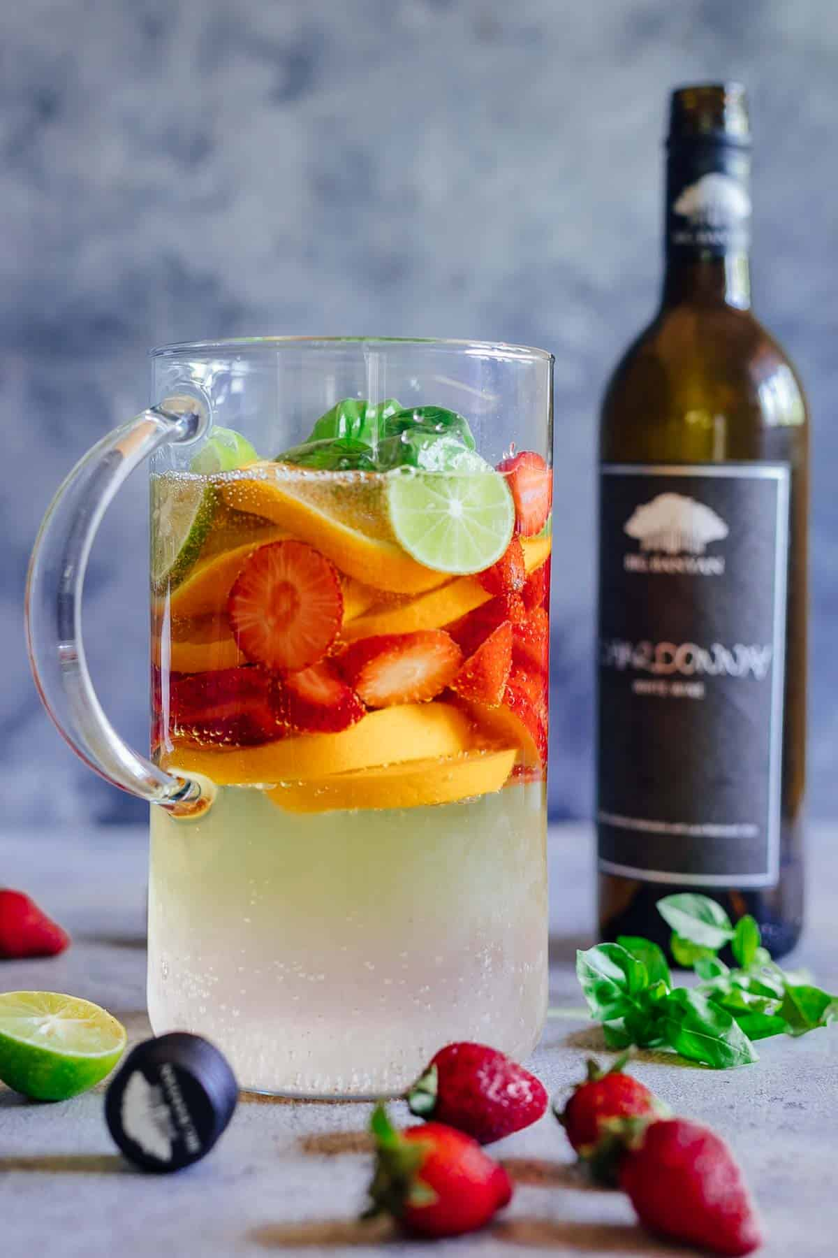 Pha cocktail vang trắng với trái cây