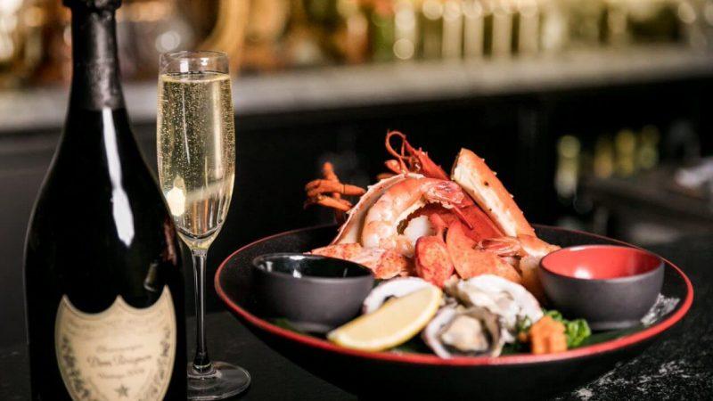 Những lưu ý khi dùng rượu vang trắng chung hải sản