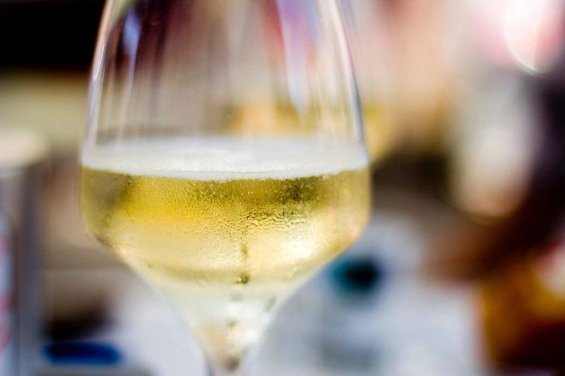 Tại sao nên uống rượu vang trắng khi ăn hải sản
