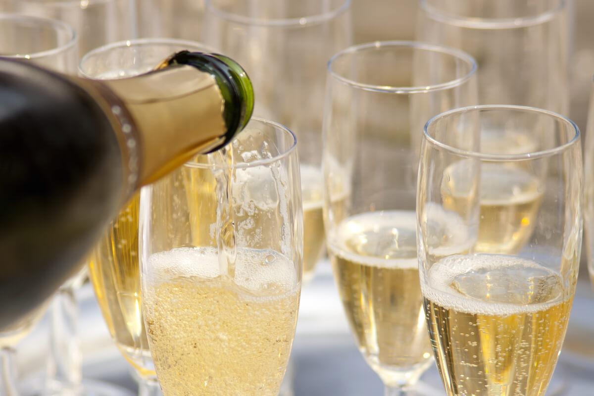 Các bước thưởng thức rượu champagne đúng chuẩn sành điệu
