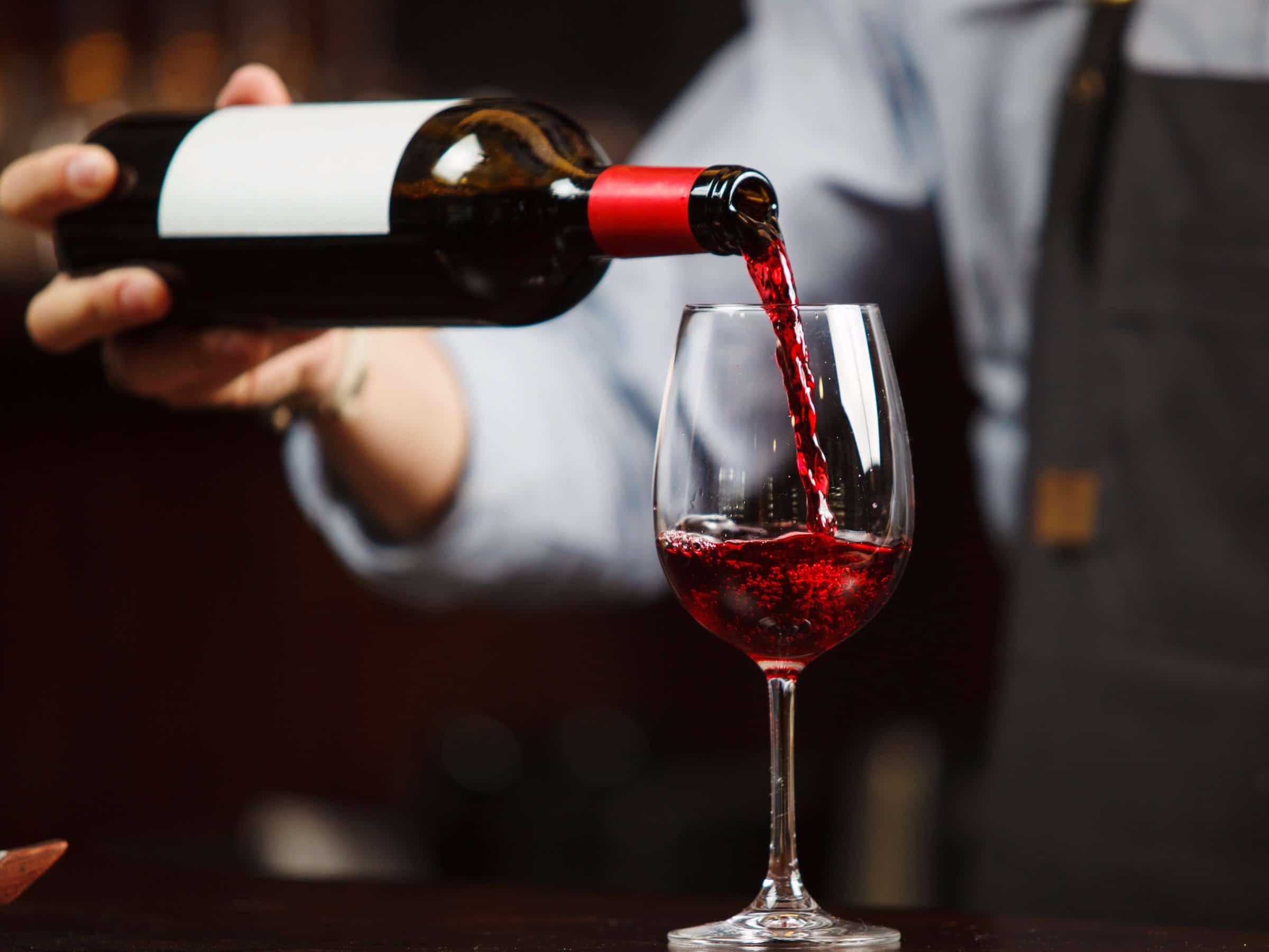 Hướng dẫn bạn cách rót rượu vang đúng chuẩn